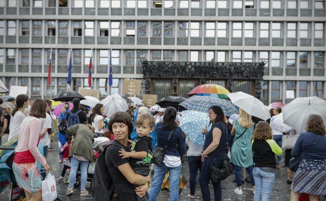 Starši otrok, ki obiskujejo zasebne šole, so v zadnjem mesecu že trikrat protestirali proti predlogu. Nazadnje so se pred državnim zborom zbrali včeraj. FOTO: Uroš Hočevar/Delo