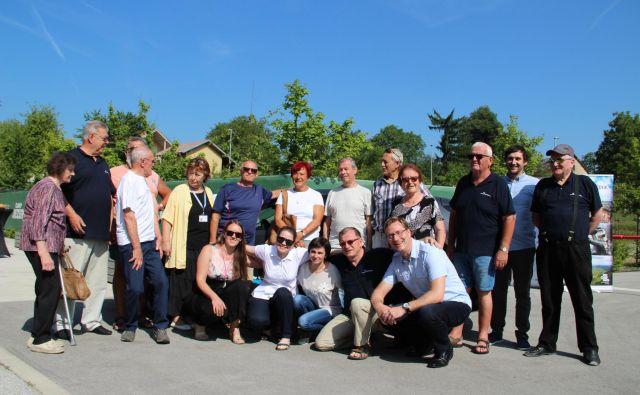 Ob predaji ključev drugega avtomobila zavodu Sopotniki so se zbrali nekateri prostovoljci, uporabniki in tisti, ki skrbijo, da projekt poteka tudi v občini Kočevje. Foto Simona Fajfar