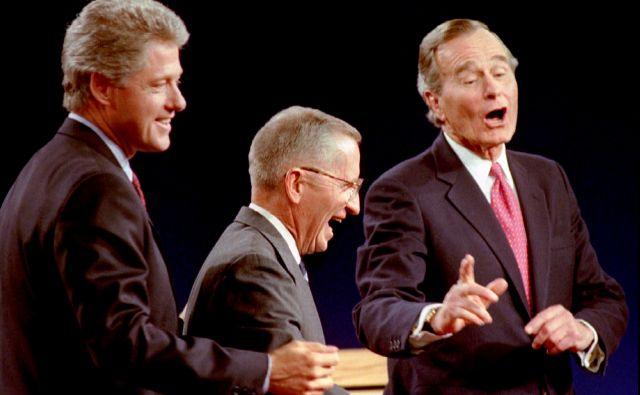 Nekdanji demokratski predsednik Bill Clinton kot predsedniški kandidat s pokojnim Rossom Perotom in republikanskim predsednikom Georgeem Bushem starejšim. FOTO: Mark Cardwell/Reuters