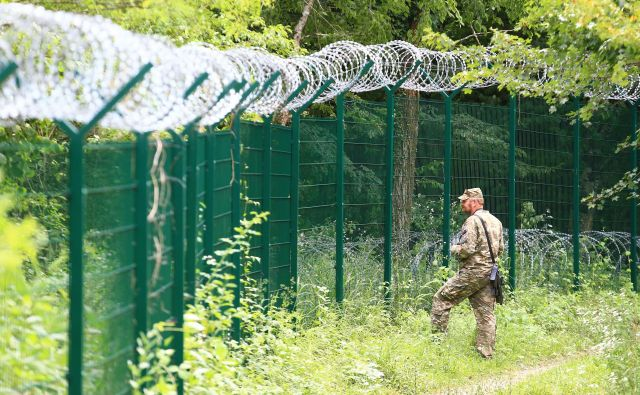 Na meji s Hrvaško bodo novi kilometri ograje. Poslanci bodo o noveli zakona o nadzoru državne meje, ki naj bi pospešila izplačila odškodnin lastnikom zemljišč, na kateri je postavljena ograja, odločali danes. FOTO: Tomi Lombar/Delo