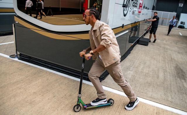 Lewis Hamilton se v Silverstonu zares počuti domače, po »paddocku« se je prevažal kar na skiroju. FOTO: AFP