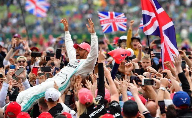 Lewis Hamilton se je s člani Mercedesovega moštva in navijači veselil jubilejne 80. zmage v karieri. FOTO: AFP