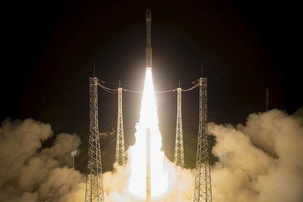 FOTO:Raketa vega odpovedala sredi leta (VIDEO)