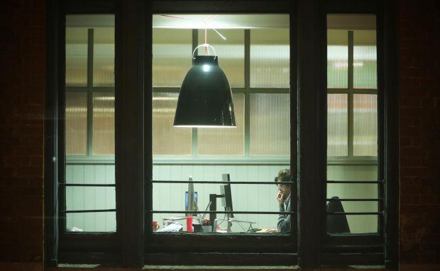 Motiv iz mesta. London, Velika Britanija 10.oktobra 2018. [službe,pisarne,delo,delavci,zaposlenost,nezaposlenost,brezposelnost,delovna mesta,računalniki,luči,biroji,nočno delo,izmensko delo,noči,umetnost in kultura,kreativnost,arhitektura,ustvarjalnost,zgradbe,mesta,urbana mesta,urbanizem,izobraževanje,učenje,znanje,študenti,študij,ljudje,London,Anglija,Velika Britanija,motivi] Foto Foto: Jure Eržen/delo
