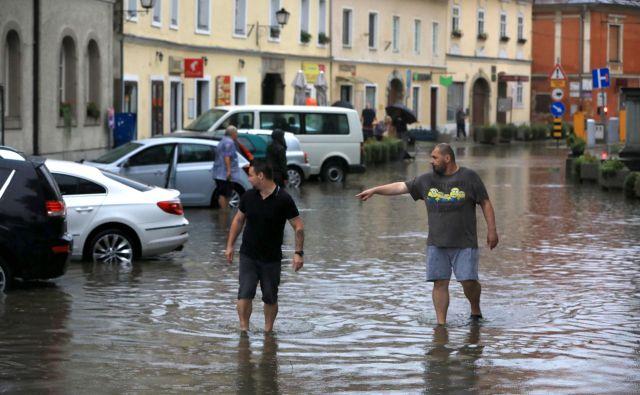 Na Ptuju je že minulo nedeljo v zgolj pol ure padlo 52 litrov dežja na kvadratni meter, sunki vetra pa so presegali sto kilometrov na uro. FOTO: Sašo Bizjak/Večer
