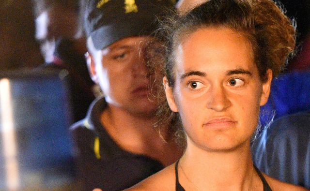 Carola Rackete 29. junija ni upoštevala navodil italijanske policije in z ladjo, polno migrantov in beguncev, na silo vplula v pristanišče na Lampedusi. FOTO: REUTERS
