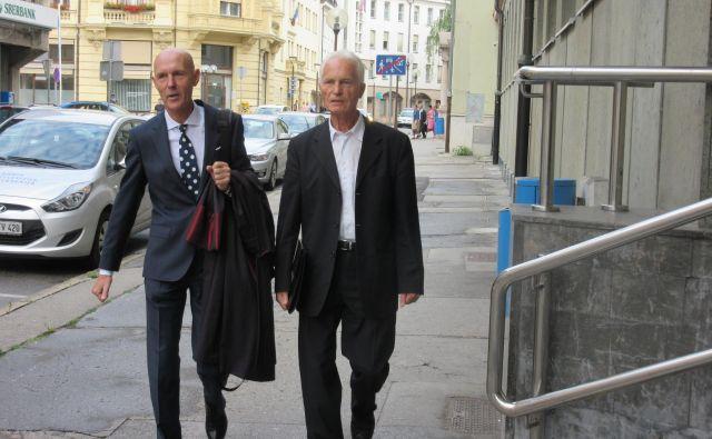 Mirko Krašovec (desno) z zagovornikom Velimirjem Cugmasom ob prihodu na včerajšnjo sejo senata celjskega višjega sodišča. FOTO: Špela Kuralt/Delo