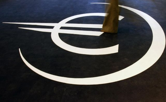 A woman walks on the symbol for the euro during the inauguration of an exhibition on the 10th anniversary of the currency in Lisbon January 5, 2009. REUTERS/Nacho Doce (PORTUGAL) - GM1E51606TZ01 Foto Reuters Reuters