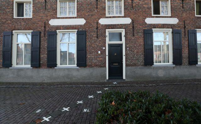 V Baarleju šteje pravilo vrat. Na tisti strani meje, kjer ima trgovina, lokal ali hiša vrata, v tisti državi uradno je. FOTO: Reuters