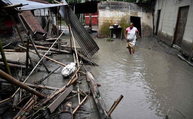 Posledice monsunskega deževja v vasi Kasuarbori v Indiji. FOTO: Biju Boro/AFP