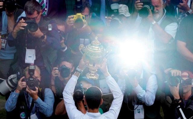 Novak Đoković je v finalu hodil po robu, a vendarle ubranil naslov in osvojil skupno peto wimbledonsko lovoriko. FOTO: Reuters