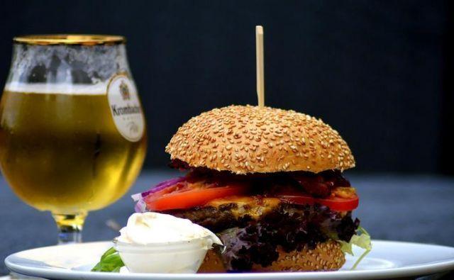 Pivo in hamburger Foto Pixabay