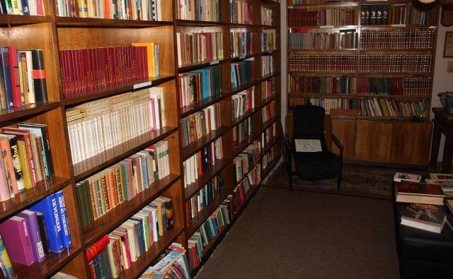 Izjemno bogata knjižnica je pravi antikvariat. Foto Boštjan Fon