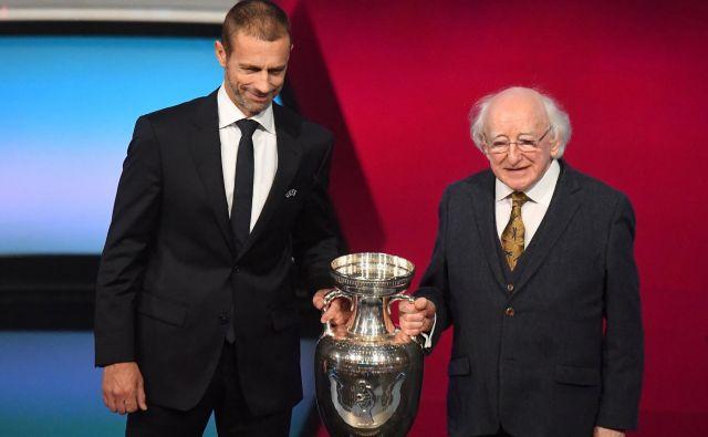 Uefin predsednik Aleksander Čeferin in irski predsednik Michael D. Higgins s trofejo za naslov evropskega prvaka po žrebu kvalifikacijskih skupin za euro 2020. FOTO: Reuters