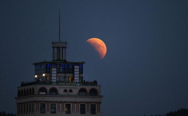 Takole čudovit je bil popolni lunin mrk 27. julija lani. FOTO: Matej Družnik/Delo