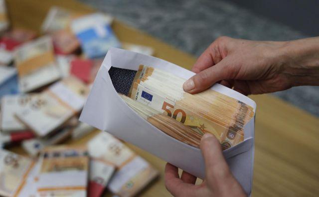 Povprečna plačna kuverta je pri nas polnejša kot lani. FOTO: Leon Vidic/Delo