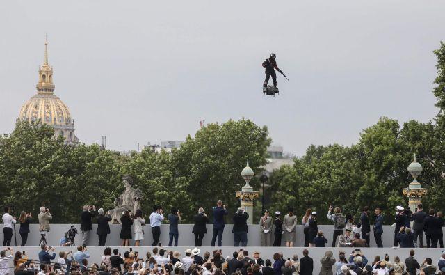 Franky Zapata leti na deski nad Elizejskimi poljanami. FOTO: Ludovic Marin/AFP