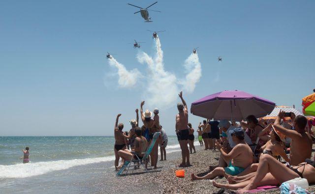 V španskem obalnem mestu Torre del Mar je potekal mednarodni letalski miting, na katerem se je med drugim predstavila tudi španska aerobatična skupina Aspa Patrol s svojimi helikopterji. FOTO: Jorge Guerrero/AFP