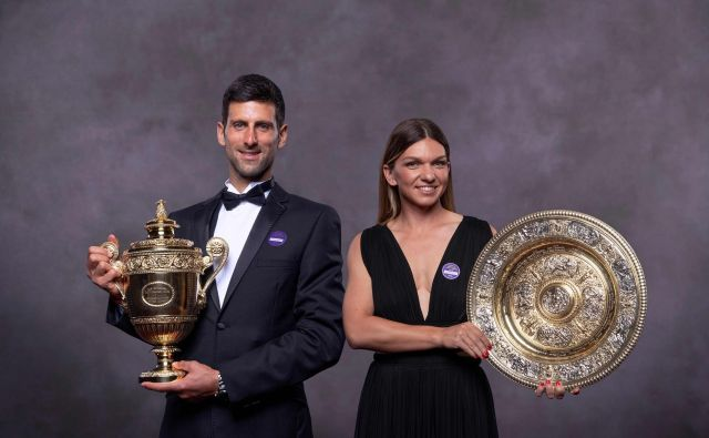 Petkratni zmagovalec Wimbledona Novak Đoković ostaja na vrhu lestvice ATP, letošnja zmagovalka tega prestižnega turnirja v ženski konkurenci Simona Halep pa je na lestvici WTA napredovala na 4. mesto. FOTO: AFP