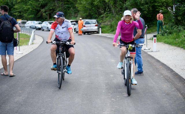 Trdnost novega asfalta sta najprej preizkusila domača kolesarja. Fotografiji R. R.