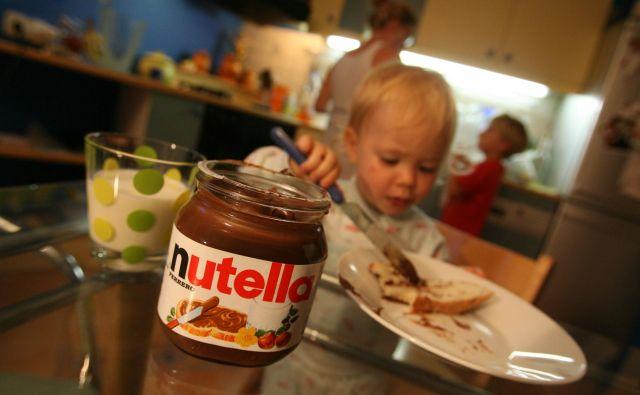 Visok vnos sladkorjev lahko med drugim poveča tveganje za prekomerno telesno težo in zobni karies, so posvarili pri WHO. FOTO: Leon Vidic/Delo