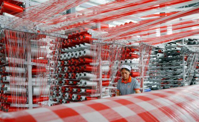 Junija je rast kitajskega izvoza sicer padla, vendar je bilo to uravnoteženo s padcem rasti uvoza, tako da je bil spet ustvarjen presežek v vrednosti 50 milijard dolarjev. Foto Reuters