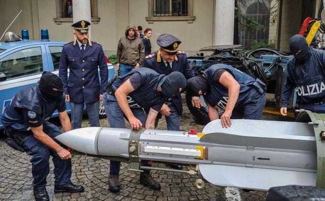Italijanski policisti so v obsežni protiteroristični akciji zasegli več kosov vojaškega orožja, med njimi tudi raketo zrak-zrak francoske izdelave, ki jo uporabljajo katarske oborožene sile. Aretirali so tri ekstremne desničarje, ki so jim na sled prišli s tajnim opazovanjem italijanskih borcev, ki so se vrnili iz bojišč v ukrajinskem Donecku. FOTO: Ho/AFP