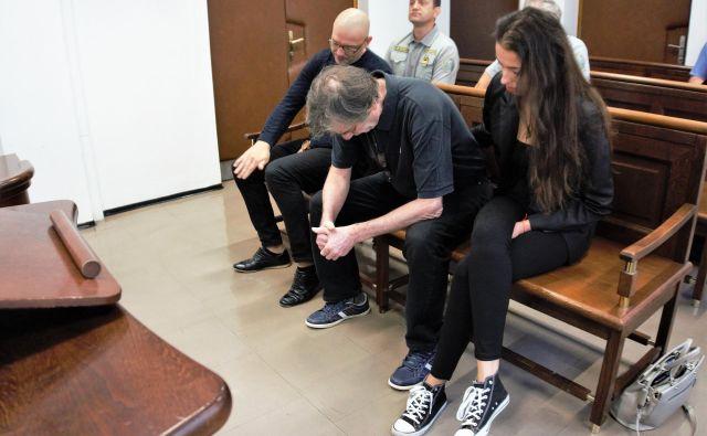 Obtoženi Robert Mramor, Jože Cank in njegova hči ter Mramorjeva partnerica Maja Cank na sodišču v Celju. FOTO: Brane Piano