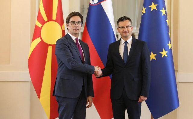 Makedonski predsednik Stevo Pendarovski si je za prvi obisk v tujini izbral Slovenijo. Od premiera Marjana Šarca pričakuje, da mu bo uspelo izpogajati začetek pristopnih pogajanj v EU in Nato. FOTO: Leon Vidic