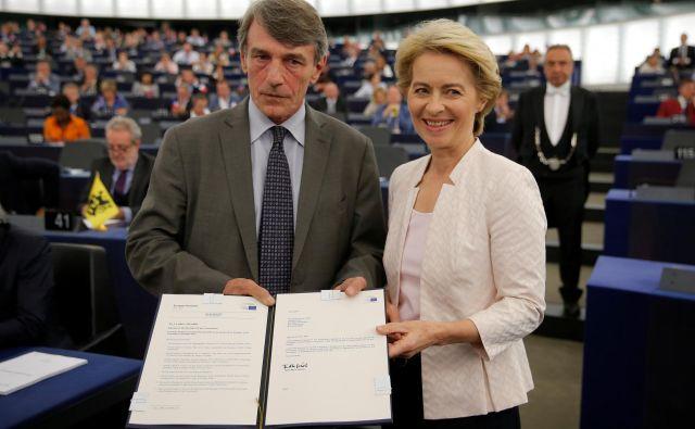 Listino, da so jo evropski poslanci izvolili za prvo žensko predsednico evropske komisije, je Ursuli von der Leyen izročil novi predsednik evropskega parlamenta David Maria Sassoli. Foto: Reuters