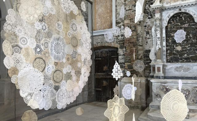 Umetniško instalacijo sestavljajo »čipkasta skulptura« , svetlobni efekti in zvočno ozadje. Foto Osebni Arhiv