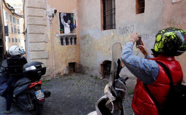 Zaradi Salvinija mnogi Italijani pravijo, da jih je sram, da so Italijani.Selfi diktatorja, delo italijanskega uličnega umetnika, na »Mussolinijevem balkonu«. Foto Reuters