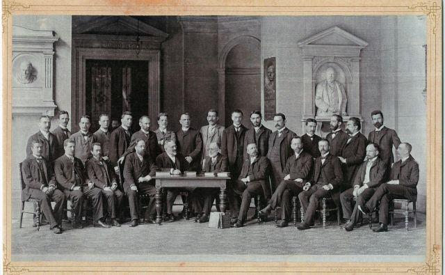 Kolektiv dunajske univerzitetne knjižnice – Simonič sedi ob mizi na desni, ok. 1905. Foto družinski arhiv