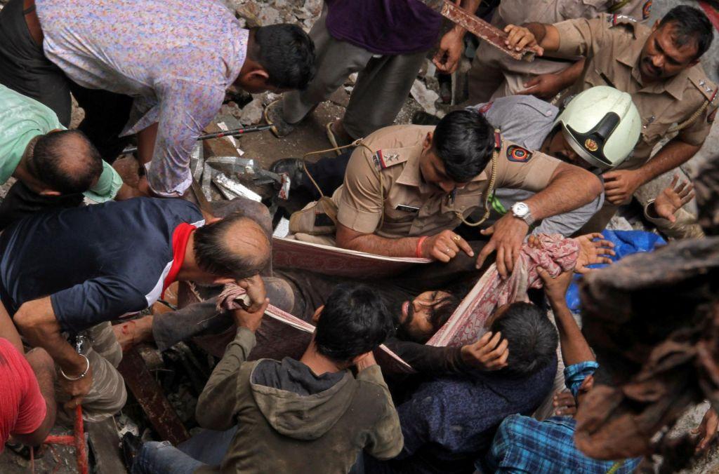 FOTO:V zrušenju zgradbe v Mumbaju umrlo sedem ljudi