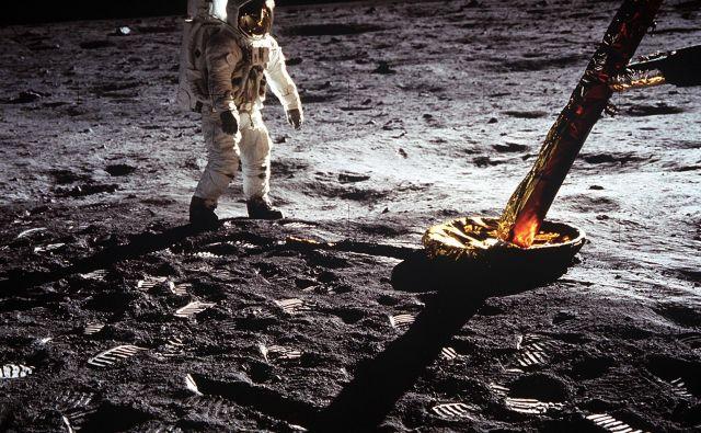 Aldrin ob pristajalni nogi lunarnega vozila. Foto Nasa
