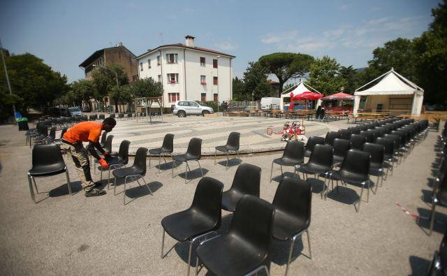 Priprave na večerno kulturno prireditev na Trgu Ervope, na slovensko-italijanski meji. Foto Jure Eržen/delo
