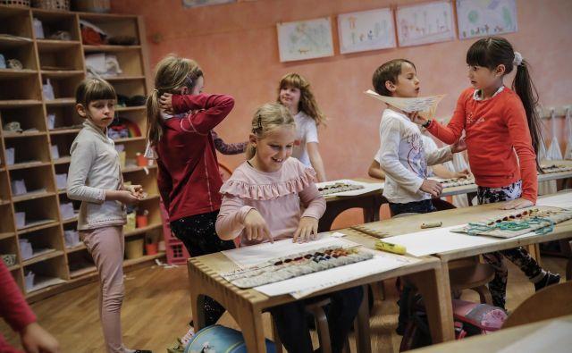 Vlada meni, da ne drži, da bodo zaradi navedenega razlikovanja ogroženi obstoječi zasebni vrtci in osnovne, srednje oziroma višje strokovne šole, ki izvajajo javno veljavni program. FOTO: Uroš Hočevar