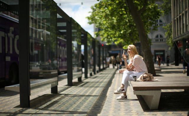 Z aplikacijami so si potniki skrajšali nepotrebno čakanje na avtobus. FOTO: Jure Eržen/Delo