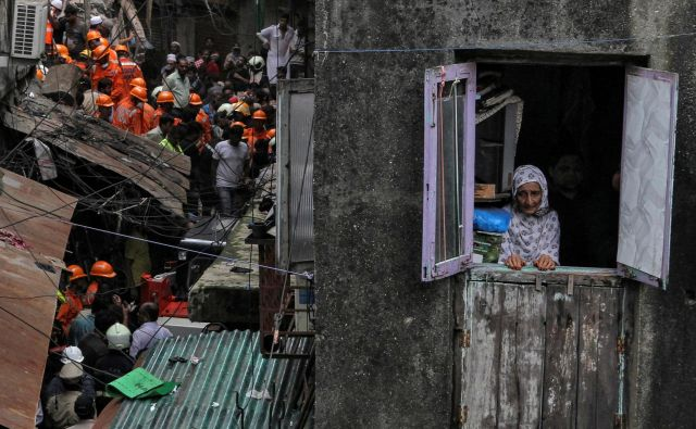 V Mumbaiju se je zrušila skoraj 100 leta stara štirinadstropna zgradba, v kateri je živelo najmanj 15 družin. V nesreči je umrlo sedem ljudi, več deset jih je še vedno ujetih pod ruševinami. Več poškodovanih so prepeljali v bolnišnice, reševalna akcija pa se nadaljuje. Nesreča se je zgodila v soseski Dongri, ki je bila ob nedavnem monsunskem deževju poplavljena. FOTO: Prashant Waydande/REUTERS