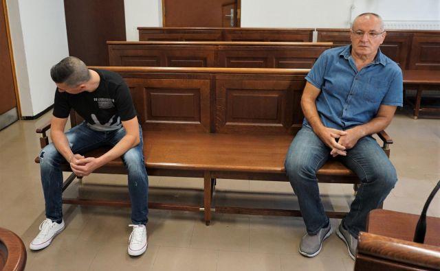 Tudi soobtožena Damjan Vindiš (levo) in Ekrem Pobrić se brez zagovornikov o krivdi včeraj nista mogla izreči, ponovno sta vabljena avgusta. FOTO: Brane Piano