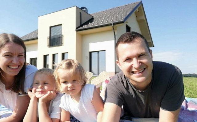 Družina Jager pred novim domom. FOTO: Andrej Jager