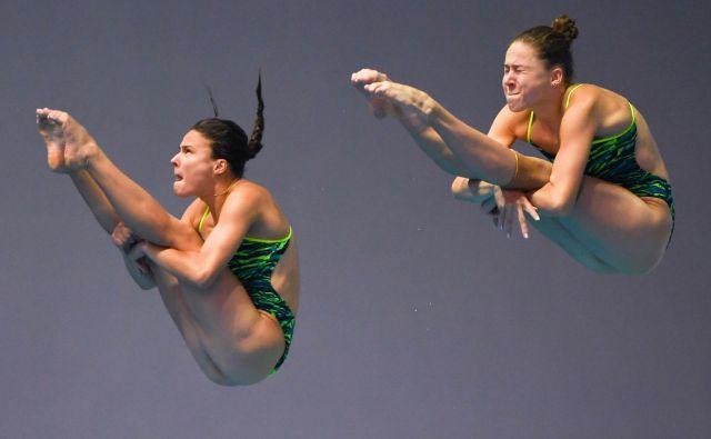 Ruski par Kristina Ilinykh in Mariia Poliakova med skokom iz trimetrske skakalne deske. FOTO: Manan Vatsyayana/AFP