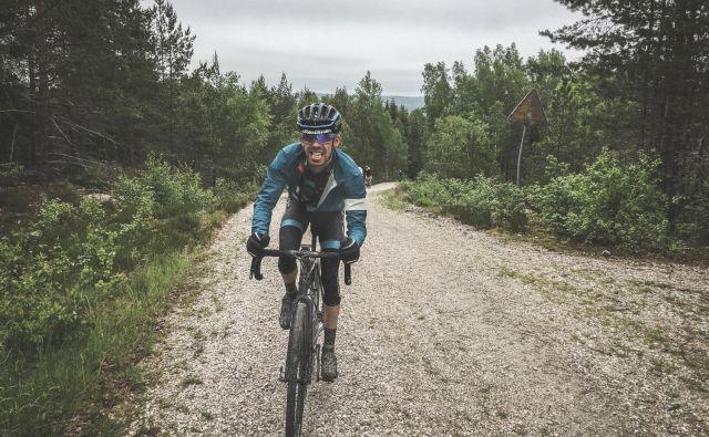 Če je kdo doslej manjkal, bomo ponovili, katere so najopaznejše razlike med makadamkarji in cestnimi kolesi, specialkami. Photo: Peter Ebro GripGrab Media Crew F