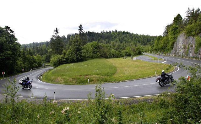 Zaradi napačnega prehitevanja in prehitre vožnje so motoristi prepogosto žrtve prometnih nesreč. FOTO: Mavric Pivk/Delo