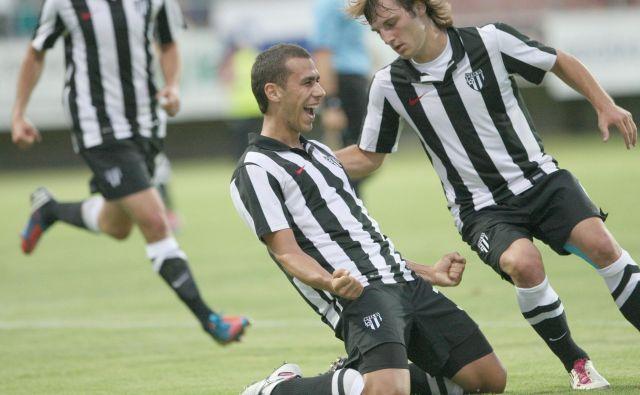 Mate Eterović in Leon Sreš sta se takole veselila v imenitnem Murinem poletju 2012. Bo tudi sedanji rod uprizoril kakšen podoben podvig? FOTO Tadej Regent/Delo