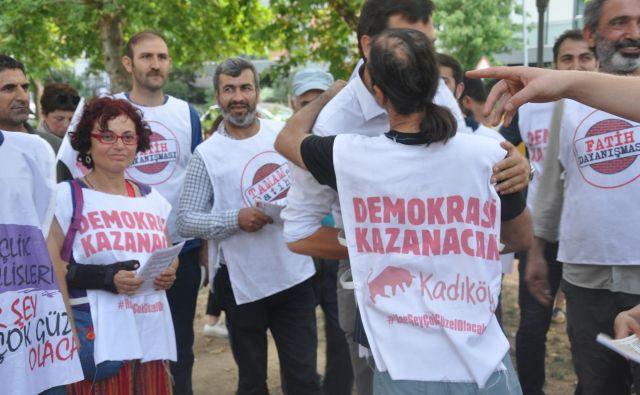 Udeleženci protesta v parku Yoğurtçu na azijski strani Istanbula. Na jopičih protestnikov piše Demokracija bo zmagala. FOTO: Branko Soban