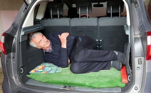 Miroslav Moravec je pokazal, kako so ga položili v njegov avtomobil. FOTO: Marko Feist