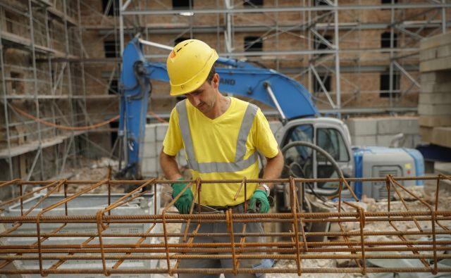 Letos aprila je bilo v gradbeništvu zaposlenih 63.535 ljudi, kar je dobrih deset odstotkov več kot lani v istem mesecu. Foto Uroš Hočevar