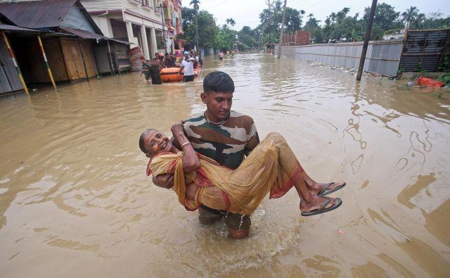 Poplave v indijskem mestecu Baldakhal. FOTO: Jayanta Dey/REUTERS