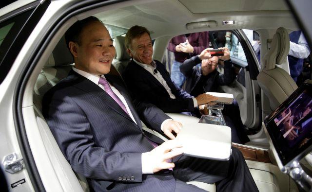 Li Shufu, ustanovitelj Geelyja, v volvu S90, skupaj z direktorjem Volva Håkanom Samuelssonom. FOTO: Reuters